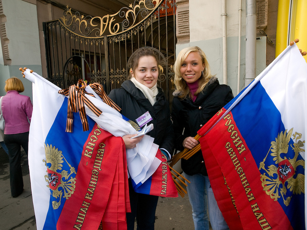Junge Frauen verkaufen Nationalflaggen mit dem russischen Wappen im Zentrum vor der größten Militärparade in Rußland seit Ende der Sowjetunion 1991 (9.Mai 2008). <br /> <br /> Young women are selling Russian flags shortly before the Victory Day parade (took place the 9th of May 2008) which showcased military hardware for the first time since the Soviet collapse.