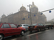 Die Prager Stadt Magistrale und das Nationalmuseum am oberen Ende des Wenzelsplatz. <br /> <br /> Prague urban landscape - the city highway (Magistral) in front of the National Museum on the top of .Wenceslas Square.