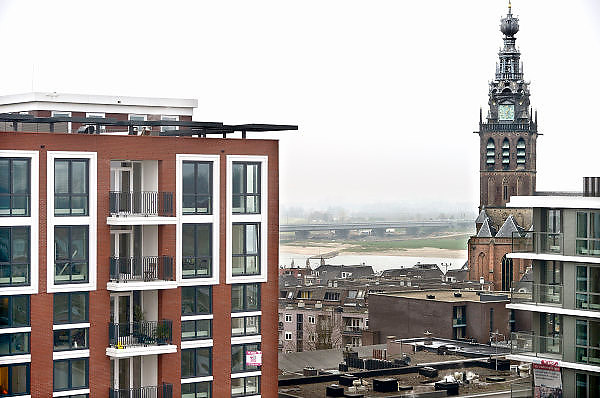 Nederland, Nijmegen, 12-12-2013Het vernieuwde plein 44 is klaar. De eerste bewoners en winkels nemen hun intrek. Een nieuwe blik op de Stevenskerk en Stevenstoren is mogelijk.Foto: Flip Franssen/Hollandse Hoogte