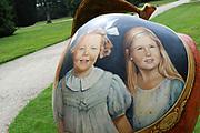 Appeltjes van Soestdijk<br /> <br /> Deze zomer staan de paleistuinen van Paleis Soestdijk volledig in het teken van de Appeltjes van Soestdijk. De kleurrijke collectie van maar liefst 50 beschilderde appels is vanaf 30 april te zien en voert u door de prachtige tuinen. De appels hebben een doorsnee van maar liefst een meter. De kunstenaars hebben zich laten inspireren door o.a. Koninklijke familieportretten, paleizen, landschappen, geschiedenis en toekomst van ons vorstenhuis. <br /> <br /> Apples of Soestdijk<br /> <br /> This summer, the palace gardens of Soestdijk are completely dominated by the Apples of Soestdijk. The colorful collection of no less than 50 painted apples can be seen from April 30 and run through the beautiful gardens. The apples have a diameter of no less than one meter. The artists were inspired by ao royal family portraits, palaces, landscapes, history and future of our dynasty.<br /> <br /> Op de foto / On the photo:  Beatrix and Amalia