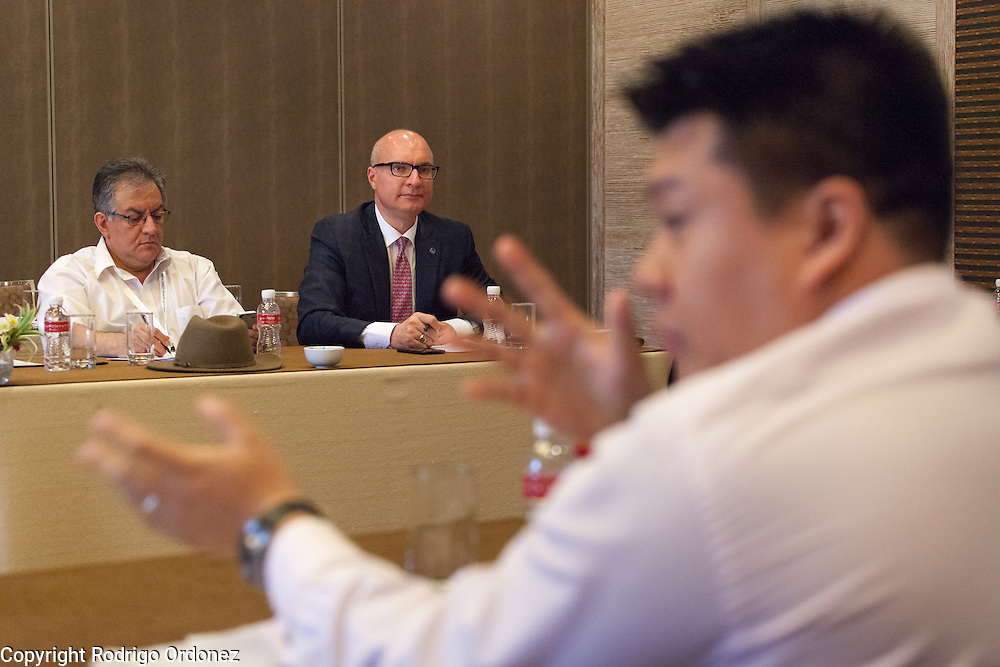 The Executive Director of The Union, José Luis Castro (background, center), participates in an interactive discussion to identify specific actions to fight the co-epidemic at the global summit on diabetes and tuberculosis in Bali, Indonesia, on November 3, 2015.<br /> The increasing interaction of TB and diabetes is projected to become a major public health issue.The summit gathered a hundred public health officials, leading researchers, civil society representatives and business and technology leaders, who committed to take action to stop this double threat. (Photo: Rodrigo Ordonez for The Union)
