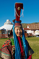 Mongolie, Asie Centrale, Region d'Ovorkhangai, vallée de l'Orkhon, patrimoine mondial de l'UNESCO, Karakorum, ancienne capitale de l'Empire Mongol créé par Gengis Khan, jeune femme et jeune homme en costume traditionnel de nobles mongols // Mongolia, Central Asia, Ovorkhangai province, Orkhon valley, world heritage of UNESCO, Karakorum, ancient capital of Mongolian Empire created by Gengis Khan, young woman and youn man in the nobles traditional costum