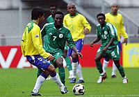 Fotball <br /> FIFA World Youth Championships 2005<br /> Emmen<br /> Nederland / Holland<br /> 12.06.2005<br /> Foto: Morten Olsen, Digitalsport<br /> <br /> Brasil v Nigeria 0-0<br /> <br /> Chinedu Ogbuke - Nigeria<br /> Roberto - Brasil