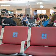NLD/VEA/20180713 - Vliegveld Verenigde Arabische Emiraten, plekken voor midervaliden passagiers