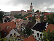 Cesky Krumlov, Krumau/Tschechische Republik, Tschechien, CZE, 25.07.2008: Blick auf die Altstadt und die staatliche Burg sowie das Schloß Cesky Krumlov (Böhmisch Krumau/ Krumau) . Die Hochschätzung dieses Ortes durch inländische und ausländische Experten führte allmählich zur Aufnahme in die höchste Stufe des Denkmalschutzes. Im Jahre 1963 wurde die Stadt zum Stadtdenkmalschutzgebiet erklärt, im Jahre 1989 wurde das Schloßareal zum nationalen Kulturdenkmal erklärt und im Jahre 1992 wurde der ganze historische Komplex ins Verzeichnis der Denkmäler des Kultur- und Naturwelterbes der UNESCO aufgenommen.<br /> <br /> Cesky Krumlov/Czech Republic, CZE, 25.07.2008: View to the oldtown and the castle of Cesky Krumlov, with its architectural standard, cultural tradition, and expanse, ranks among the most important historic sights in the central European region. Building development from the 14th to 19th centuries is well-preserved in the original groundplan layout, material structure, interior installation and architectural detail. Situated on the banks of the Vltava river, the town was built around a 13th-century castle with Gothic, Renaissance and Baroque elements. It is an outstanding example of a small central European medieval town whose architectural heritage has remained intact thanks to its peaceful evolution over more than five centuries.