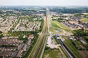 Nederland, Gemeente Zevenaar, Methen, 28-06-2006; Betuweroute, in Zuidoostelijke richting (naar Duitsland), links de gewone spoorlijn (Arnhem-Emmerich) rechts Betuwelijn met ingang tunnel Zevenaar; de tunnel is aangelegd om geluidsoverlast voor de omwonenden te voorkomen; mileu, verkeer en vervoer, transport, planologie; zie ook andere (lucht)foto's; deel van de serie Panorama Nederland luchtfoto (toeslag aerial photo (additional fee required .foto Siebe Swart / photo Siebe Swart