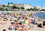 Frankrijk, Cannes, 30-8-2017Mensen aan het strand. Op de achtergrond het Carlton inter continental hotel aan de Croisette.Foto: Flip Franssen
