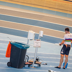 30-04-2020: Wielrennen: persmoment KNWU: Apeldoorn<br />Op het midden terrein staat een ontsmetting unit. Sam Ligtlee ontsmet zijn handen