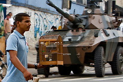 Soldados do Exército Brasileiro fazem guarda na entrada da favela Morro do Alemão, em 27 de novembro de 2010 no Rio de Janeiro, Brasil.. Centenas de soldados e policiais se juntaram para uma repressão sobre as gangues de drogas. No início desta semana, a polícia forçou os membros das gangues saírem da favela Vila Cruzeiro, com o auxílio de tanques M113 transportadores blindados de pessoal. FOTO: Jefferson Bernardes/Preview.com