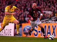 Photo: Alan Crowhurst.<br />Arsenal v Villarreal. UEFA Champions League. Semi-Final, 1st Leg. 19/04/2006. Freddie Ljungberg (r) attacks for Arsenal