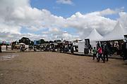 Pferdesport: 148. Deutsches Galopp Derby, Hamburg, 02.07.2014<br /> Zuschauer, Feature, Regen, Matsch<br /> © Torsten Helmke