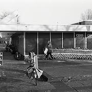 NLD/Huizen/19950111 - Supermarkt C1000 Kostmand in Huizen vanaf het middenplein