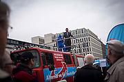 AFD, Alternative für Deutschland, il partito euroscettico, durante una manifestazione di fronte alla Porta di Brandeburgo, in risposta alla visita di Draghi a Berlino. Nell'immagine il candidato Bernd Lucke.