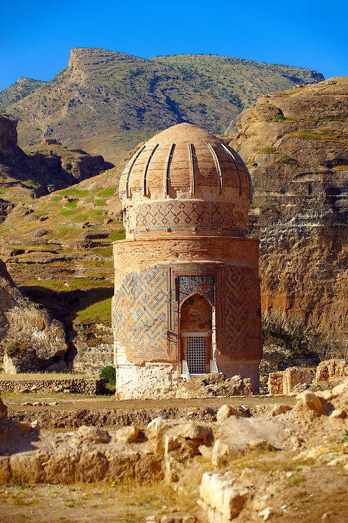 The endangered Fifteenth century Mausoleum of Zeynel Bey, son of Akkoyunlu Sultan, Uzun Hasan on the banks of the Tigris River, Hasankeyf, Turkey .<br /> <br /> If you prefer to buy from our ALAMY PHOTO LIBRARY  Collection visit : https://www.alamy.com/portfolio/paul-williams-funkystock/hasankeyf-turkey.html<br /> <br /> Visit our PHOTO COLLECTIONS OF TURKEY HISTOIC PLACES for more photos to download or buy as wall art prints https://funkystock.photoshelter.com/gallery-collection/Pictures-of-Turkey-Turkey-Photos-Images-Fotos/C0000U.hJWkZxAbg