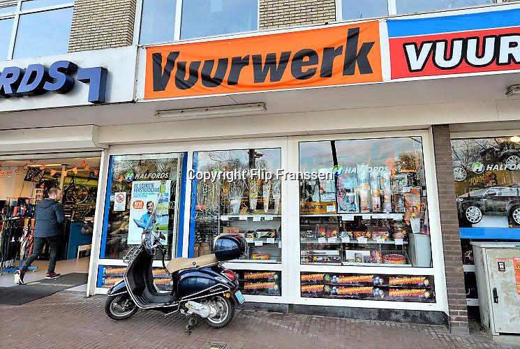 Nederland, Nijmegen, 24-12-2015In een vestiging van Halfords in het centrum van de stad wordt vuurwerk verkocht. Het mag alleen tijdens de jaarwisseling afgestoken worden. Boven het verkooppunt bevinden zich woningen, appartementen.Foto: Flip Franssen/Hollandse Hoogte