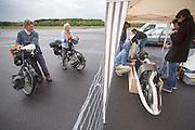 Twee vakantiefietsers kijken geinteresseerd naar de verrichtingen van het HPT. In Soesterberg test het Human Power Team Delft en Amsterdam (HPT) voor het eerst met de nieuwe fiets, de VeloX4. Op de voormalige vliegbasis legt de recordfiets de eerste meters af. In september wil het HPT, dat bestaat uit studenten van de TU Delft en de VU Amsterdam, een poging doen het wereldrecord snelfietsen te verbreken, dat nu op 133,8 km/h staat tijdens de World Human Powered Speed Challenge.<br /> <br /> In Soesterberg the Human Power Team Delft and Amsterdam (HPT) tests their newest bike, the VeloX4. On the track of the former military airport the bike rides its first meters. With the special recumbent bike the HPT, consisting of students of the TU Delft and the VU Amsterdam, also wants to set a new world record cycling in September at the World Human Powered Speed Challenge. The current speed record is 133,8 km/h.