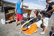De VeloX4 van het HPT wordt na aankomst gecontroleerd op mogelijke beschadigingen. Het Human Power Team Delft en Amsterdam (HPT), dat bestaat uit studenten van de TU Delft en de VU Amsterdam, is in Amerika om te proberen het record snelfietsen te verbreken. Momenteel zijn zij recordhouder, in 2013 reed Sebastiaan Bowier 133,78 km/h in de VeloX3. In Battle Mountain (Nevada) wordt ieder jaar de World Human Powered Speed Challenge gehouden. Tijdens deze wedstrijd wordt geprobeerd zo hard mogelijk te fietsen op pure menskracht. Ze halen snelheden tot 133 km/h. De deelnemers bestaan zowel uit teams van universiteiten als uit hobbyisten. Met de gestroomlijnde fietsen willen ze laten zien wat mogelijk is met menskracht. De speciale ligfietsen kunnen gezien worden als de Formule 1 van het fietsen. De kennis die wordt opgedaan wordt ook gebruikt om duurzaam vervoer verder te ontwikkelen.<br /> <br /> The VeloX4 of the HPT is checked upon arrival on possible defects. The Human Power Team Delft and Amsterdam, a team by students of the TU Delft and the VU Amsterdam, is in America to set a new  world record speed cycling. I 2013 the team broke the record, Sebastiaan Bowier rode 133,78 km/h (83,13 mph) with the VeloX3. In Battle Mountain (Nevada) each year the World Human Powered Speed Challenge is held. During this race they try to ride on pure manpower as hard as possible. Speeds up to 133 km/h are reached. The participants consist of both teams from universities and from hobbyists. With the sleek bikes they want to show what is possible with human power. The special recumbent bicycles can be seen as the Formula 1 of the bicycle. The knowledge gained is also used to develop sustainable transport.
