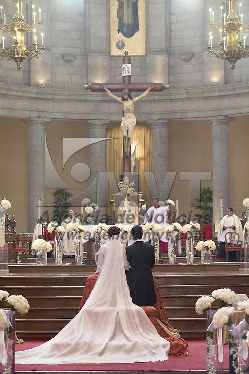 Toluca, Méx.- Enrique Peña Nieto, gobernador del Estado de Mexico y la señora Angelica Rivera Hurtado, durante la ceremonia religiosa donde contrajeron nupcias en la catedral de esta ciudad. Agencia MVT / Especial GEM. (DIGITAL)