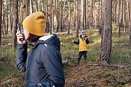 08.11.2020 Wahlitz, unweit von Magdeburg, Wald, Pilze suchen.<br /> <br /> <br /> Das erste Wochenende im Lockdown, in der Stadt muss man nicht sein, ist eh nix los. Das Wetter ist gut, nicht zu kalt, eine gute Chance sich das Abendbrot im Wald zusammen zu suchen.<br /> Doch das Suchen gerät schnell zur Nebensache, über Funk werden sich Geschichten ausgedacht und ein Vesteck-Spiel organisiert, alles muss über Funk laufen, egal ob man nebeneinander steht oder zehn Meter platz lässt.<br /> Am Ende des Tages war die Suchende Konkurrenz doch zu groß, abends gabs Linsensuppe - aus der Dose.<br /> <br /> <br /> ©Harald Krieg