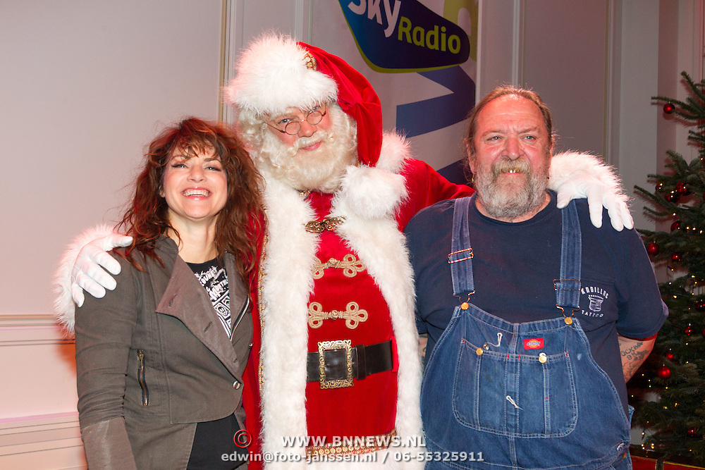 NLD/Hilversum/20151207- Sky Radio's Christmas Tree for Charity, Ellen ten Damme en Henk Schiffmacher met de kerstman