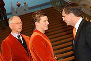 In het ministerie AZ ontvangt de minister president de medaillewinnaars<br /> <br /> Op de foto:<br /> Henk Gemser , MP Jan Peter Balkenende feliciterd Sven Kramer