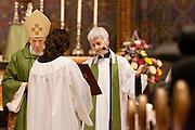 Annemieke Duurkoop gaat voor in gebed tijdens de mis. Op zondag 31 oktober is in de Getrudiskathedraal in Utrecht  Annemieke Duurkoop als eerste vrouwelijke plebaan van Nederland geïnstalleerd. Duurkoop wordt de nieuwe pastoor van de Utrechtse parochie van de Oud-Katholieke Kerk (OKK), deze kerk heeft geen band met het Vaticaan. Een plebaan is een pastoor van een kathedrale kerk, die eindverantwoordelijk is voor een parochie. Eerder waren bij de OKK al twee vrouwelijk priesters geïnstalleerd, maar die zijn geen plebaan.<br /> <br /> Dean Annemieke Duurkoop is saying a prayer. At the St Getrudiscathedral in Utrecht the first female dean of the Old-Catholic Church (OKK), Annemieke Duurkoop, is installed together with a new pastor Bernd Wallet. The church has no connections with the Vatican.
