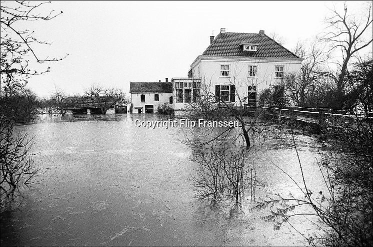 Nederland, Kekerdom, 01-02-1995Eind januari, begin februari 1995 steeg het water van de Rijn, Maas en Waal tot record hoogte van 16,64 m. bij Lobith. Een evacuatie van 250.000 mensen was noodzakelijk vanwege het gevaar voor dijkdoorbraak en overstroming. op verschillende zwakke punten werd geprobeerd de dijken te versterken met zandzakken. Hier in de Ooijpolder bij Nijmegen.Late January, early February 1995 increased the water of the Rhine, Maas and Waal to a record high of 16.64 meters at Lobith. An evacuation of 250,000 people was needed because of flood risk. At several points people tried to reinforce the dikes with sandbags.Foto: Flip Franssen/Hollandse Hoogte