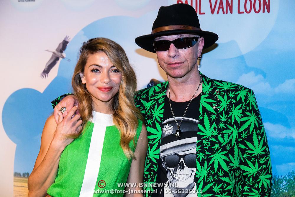 NLD/Amsterdam/20160716 - Groene loper première Meester Kikker, Paul van loon en Georgina Verbaan