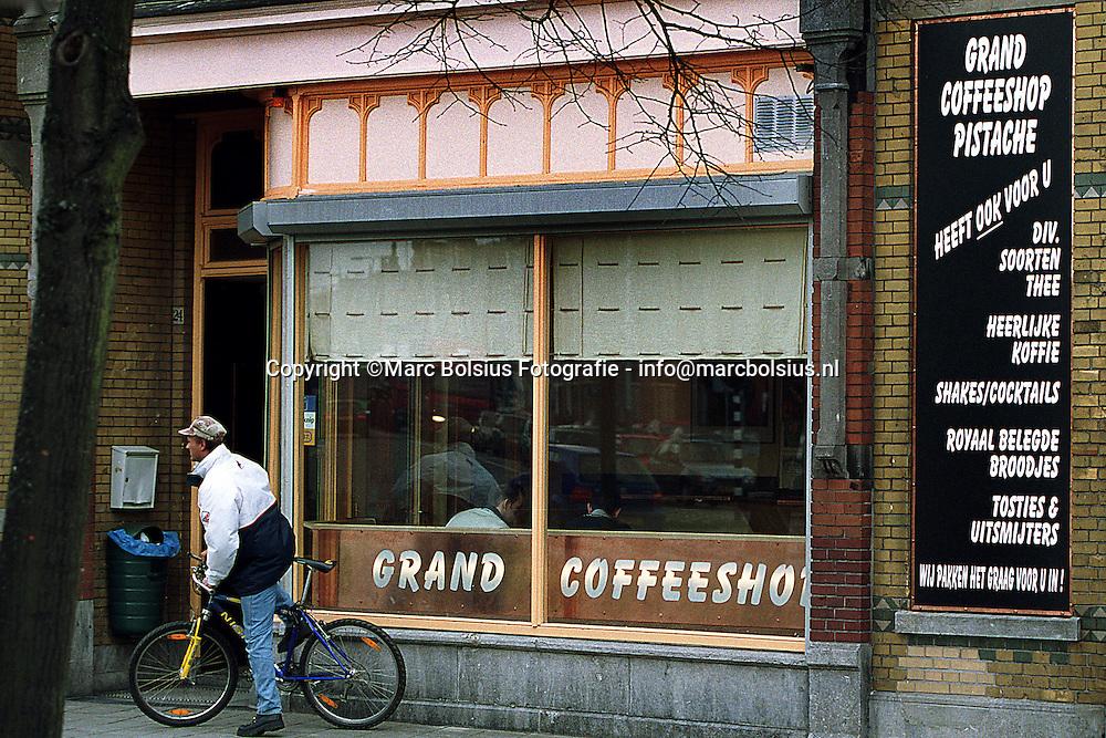 DEN BOSCH,DE NIEUWE RECLAMEBORDEN VAN COFFEESHOP PISTACHE