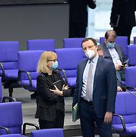 DEU, Deutschland, Germany, Berlin, 25.02.2021: Bundesgesundheitsminister Jens Spahn (CDU) und Karin Maag (CDU), gesundheitspolitische Sprecherin der CDU/CSU-Bundestagsfraktion, in der Plenarsitzung im Deutschen Bundestag.