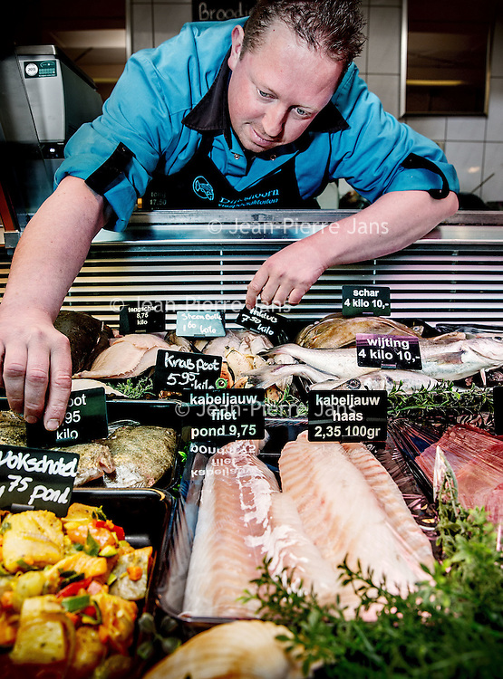 Nederland, Den Helder, 18 maart 2016.<br /> Visafslag bij Den Helder.<br /> De verse vis wordt geselecteerd en schoongemaakt voordat het verhandeld wordt.<br /> Op de foto: Ronald Dijkshoorn  van Dijkshoorn Visspecialiteiten aan de Baljuwstraat in Den Helder.<br /> <br /> The Netherlands, Den Helder, 18 march 2016<br /> Fish processing for auction in Den Helder.<br /> The fresh fish is selected and cleaned before it is marketed.<br /> In the photo: Ronald Dijkshoorn of Dijkshoorn Fish specialities on the Baljuwstraat in Den Helder.  <br /> <br /> Foto: Jean-Pierre Jans