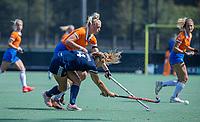 AMSTELVEEN - Anouk Lambers (Pinoke) met Ankelein Baardemans (Bldaal)  tijdens de oefenwedstrijd tussen de dames van Bloemendaal en Pinoke   ter voorbereiding van het hoofdklasse hockeyseizoen 2020-2021.  COPYRIGHT KOEN SUYK