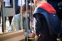 Potsdam, 31.08.2021: Wahlkampfveranstaltung von BÜNDNIS 90/DIE GRÜNEN mit der Grünen-Kanzlerkandidatin Annalena Baerbock auf dem Bassinplatz. Hier gibt sie einem Kind ein Autogramm. Die Kanzlerkandidatin beantwortete im Rahmen des Townhall-Dialogformats Fragen von Bürgerinnen und Bürgern.