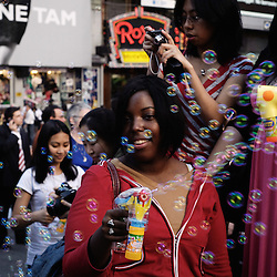 "Time Square's Bubble Battle! as hosted by ""Newmindspace"". More informations can be found here: http://www.newmindspace.com/bubblebattlenyc2009.php New York City. 2009, June 12th. Photo: Antoine Doyen"