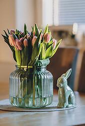 THEMENBILD - Tulpen in einer Glasvase und ein Osterhase aus Keramik stehen auf einem Tisch, aufgenommen am 10. April 2020, Oesterreich // Tulips in a glass vase and a ceramic Easter bunny stand on a table, Austria on 2020/04/10. EXPA Pictures © 2020, PhotoCredit: EXPA/Stefanie Oberhauser