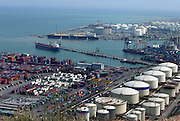Spanje, Barcelona, 5-6-2005..Zicht op de industrieele haven, containers, containerhaven, industrie, handel, import, olievoorraad, opslagtanks voor olie, brandstof, energie. toerisme, economie, handelsbalans...Foto: Flip Franssen