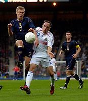 Photo: Jed Wee.<br />Scotland v France. UEFA European Championships 2008 Qualifying. 07/10/2006.<br /><br />Scotland's Darren Fletcher (L) is pressured by France's Franck Ribery.