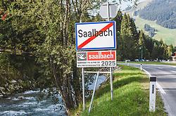 """THEMENBILD - die Ortstafel von Saalbach mit dem Schild """"Kandidat FIS Alpine Ski Weltmeisterschaft 2025"""", aufgenommen am 17. September 2019, Kaprun, Österreich // the Saalbach town sign with the sign """"Kandidat FIS Alpine Ski World Championship 2025"""" on 2019/09/17, Kaprun, Austria. EXPA Pictures © 2019, PhotoCredit: EXPA/ Stefanie Oberhauser"""