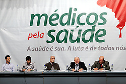 O presidente do SIMERS - Sindicato Medico do Rio Grande do Sul, Paulo Argolo Mendes ( 2 D/E ) durante assembléia geral dos médicos e estudantes de medicina em Porto Alegre (RS), para decidir sobre a paralisação nacional em 23 de julho. FOTO: Jefferson Bernardes/Preview.com