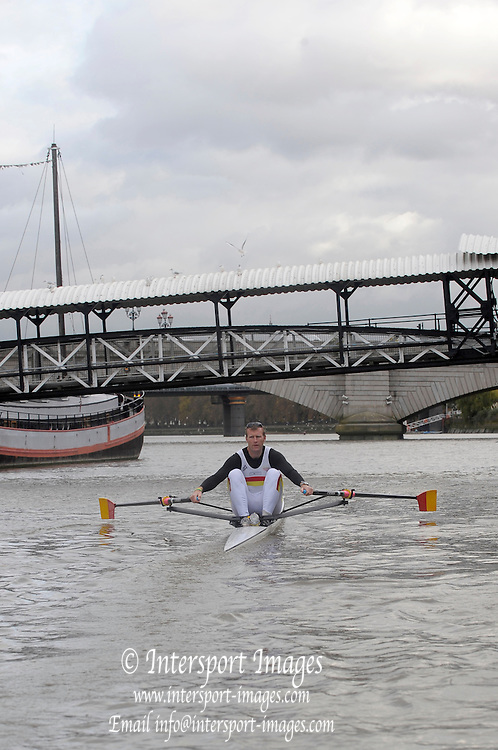 London, United Kingdom.  Mahe DRYSDALE,  paddles down to the start for the 2009 Wingfield Sculls, Raced over the Championship Course,  Putney to Mortlake, Thursday  05/11/2009 [Mandatory Credit Peter Spurrier/ Intersport Images]