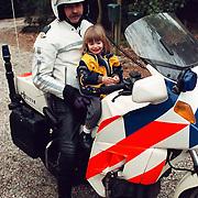 Linda op politiemotor bij Jan Steehouwer