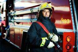 Bombeiro junto ao caminhão. FOTO: Jefferson Bernardes / Preview.com