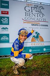 Diesmal com a condução de L.Santana vence o Grande Prêmio Bento Gonçalves em pista de de 2.400m para produtos de 3 anos e mais idade com o tempo de 2m41s. FOTO: Emmanuel Denaui/ Agência Preview