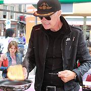 NLD/Amsterdam/20130701 - Keti Koti Ontbijt 2013 op het Leidse Plein, Ad Visser aan het bakken