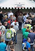 Nederland, Nijmegen, 15-7-2012Bij de Wedren schrijven lopers zich in voor de tocht die dinsdag begint. 45.000 deelnemers hebben zich aangemeld. Ze krijgen een polsbandje met een barcode die de controle op het parcours makkelijker maakt. Stadsvervoerder Breng verkoopt blarenpassen.Foto: Flip Franssen/Hollandse Hoogte