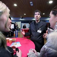 Nederland, Haarlem , 15 februari 2011..Studenten van InHolland spreken met statenleden, die campagne voeren zoals hier op de foto Bram van Liere van de Partij voor de Dieren..Foto:Jean-Pierre Jans
