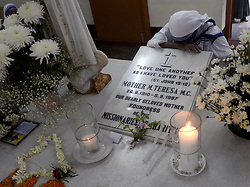 August 26, 2017 - Kolkata, West Bengal, India - Nun bows at the tomb of Mother Teresa after the mass prayer on the occasion of 107th years birth anniversary of Mother Teresa in Kolkata. The Nobel peace laureate Mother Teresa was canonized in 2016, making her the Catholic Saint Teresa of Calcutta. (Credit Image: © Saikat Paul/Pacific Press via ZUMA Wire)