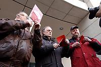 18 JAN 2002, BERLIN/GERMANY:<br /> Dietrich Neugebauer, Rainer M. Schubert und Ralf Drescher, (v.L.n.R.) SPD Mitglieder aus Berlin zerschneiden aus Protest gegen die SPD/PDS Koalition im Berliner Abgeordnetenhaus ihre Parteibuecher vor dem Willy-Brandt-Haus<br /> IMAGE: 20020118-01-004<br /> KEYWORDS: Sozialdemokraten, Parteibuch, Parteimitglied, Parteimitglieder, Demonstration