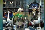 Frankrijk, Parijs, 28-3-2010Etalage, winkel van een preparateur van dieren.De opgezette beesten zijn allen een natuurlijke dood gestorven zegt een kaartje .Foto: Flip Franssen/Hollandse Hoogte
