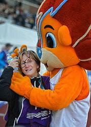 31-07-2015 NED: Asics NK Atletiek, Amsterdam<br /> Nk outdoor atletiek in het Olympische stadion Amsterdam /  Neeke in duel met mascotte Adam, fotograaf pers media
